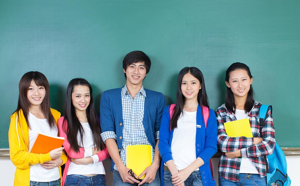 自考指导中心志愿者在教室为准学员讲解自考报读知识