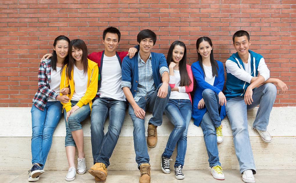 自考辅导志愿者小组为同学讲解后教室外的合影