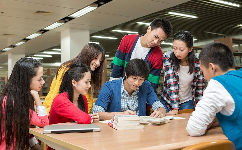 小组成员在研究自考问题